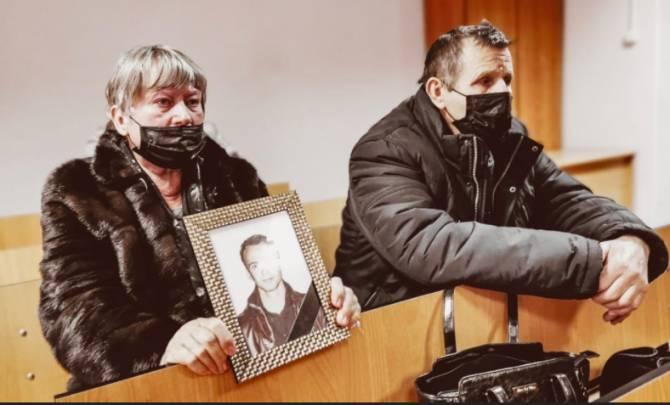 В Брянске родители погибшего в ДТП с Резуновым парня пришли на суд с портретом сына
