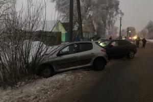 Под Клинцами при столкновении легковушек пострадала 4-летняя девочка