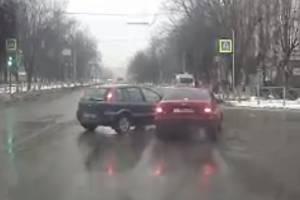 В Брянске сняли на видео столкновение двух легковушек