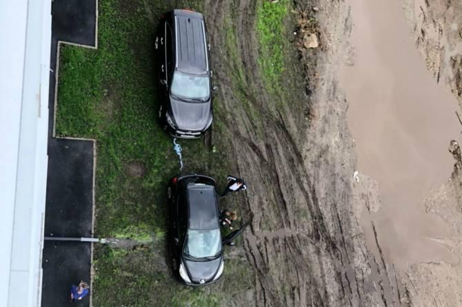 В Брянске пожаловались на «разворотивших» газон автохамов