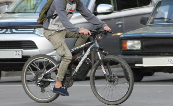 В Брянске 12-летний велосипедист пошел на таран легкового автомобиля