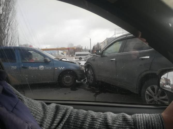 Автомобиль такси «Яндекс.Go» с пассажиром попал в ДТП в Бежице