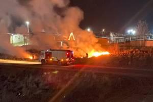 В Клинцах ночью подожгли траву возле жилых домов