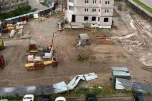 В Брянске на стройке ураганный ветер снес забор