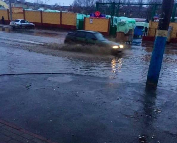В Брянске декабрьский дождь затопил дорогу возле Бежицкого рынка
