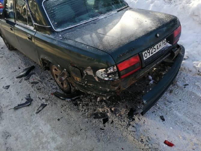 Неизвестный водитель разбил «Волгу» возле поликлиники №1 в Брянске