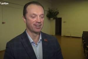 В Брянске депутат Антошин раздал подарки детям из семи школ