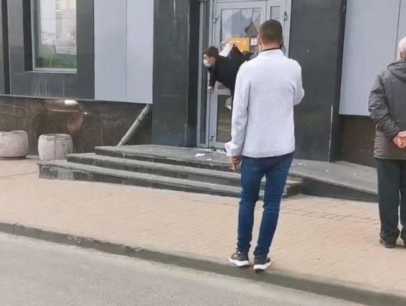 В центре Брянска сняли на видео разгром двери супермаркета «Дикси»