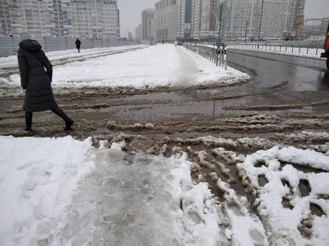 В Брянске тротуар у школы №71 оказался непроходим для пешеходов
