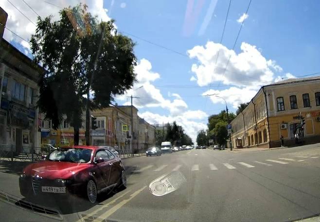 В Брянске водитель легковушки нарушил правила движения по полосам