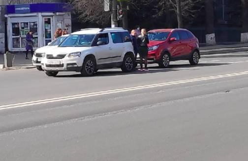 В Брянске возле Кремния столкнулись две легковушки
