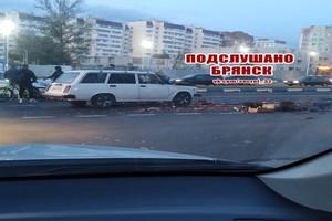 В Брянске автомобиль торговцев фруктами попал в аварию