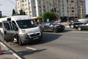 В Брянске на Дуки столкнулись маршрутка №43 и легковушка