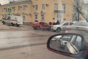 В центре Брянска машина «Яндекс.Go» попала в ДТП