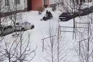 В Брянске сняли на видео рассекающих на снегоходе парней