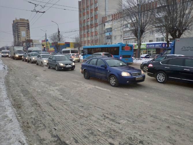 Улицу Красноармейскую в Брянске сковала глухая пробка