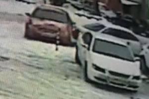 В Брянске на парковке ТЦ «Родина» водитель устроил ДТП и скрылся