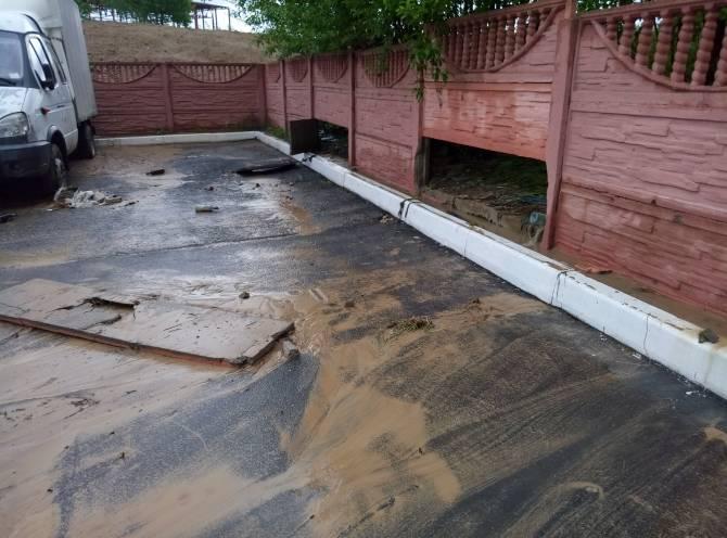 В Брянске потоки воды снесли две секции бетонного забора на Пилотов
