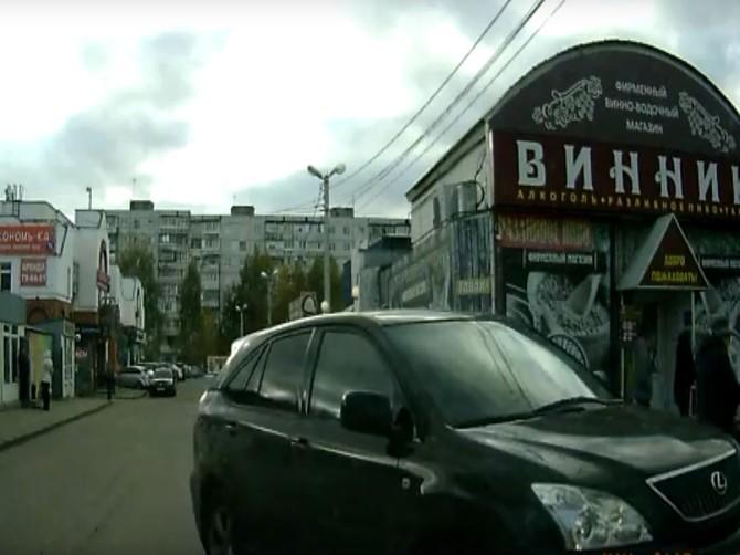 В Брянске «Лексус» пытался втиснуться на узкий тротуар