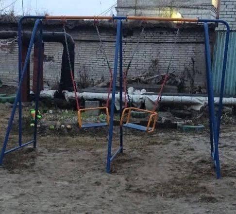 В Брянске «гроза двора» захватила детские качели