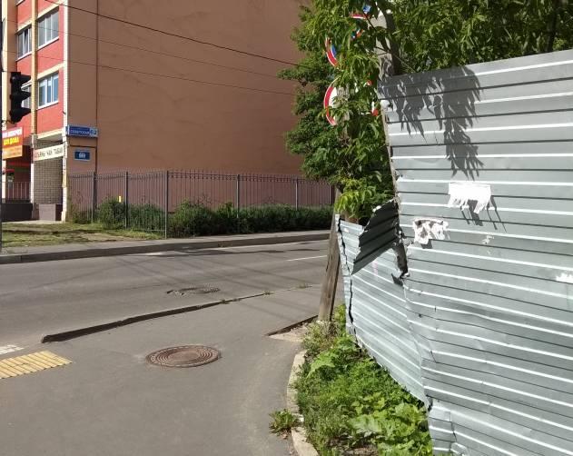 В Брянске на улице Советской пешеходам угрожает опасный забор