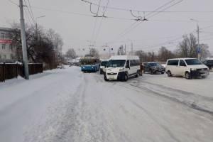 Несколько маршруток и троллейбус застряли на подъеме к Городищу