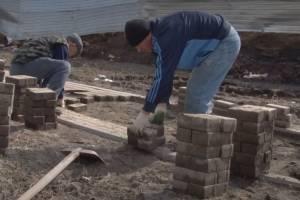 В Брянске неизвестные начали ремонтировать развалившиеся новые дороги