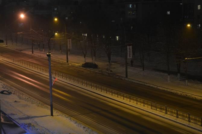 В Брянске со скользкой дороги на проспекте Московском слетела легковушка