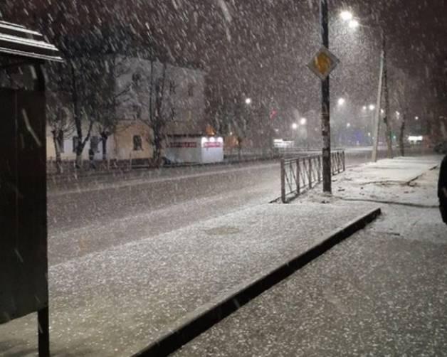 На Брянск вечером обрушился сильный снегопад