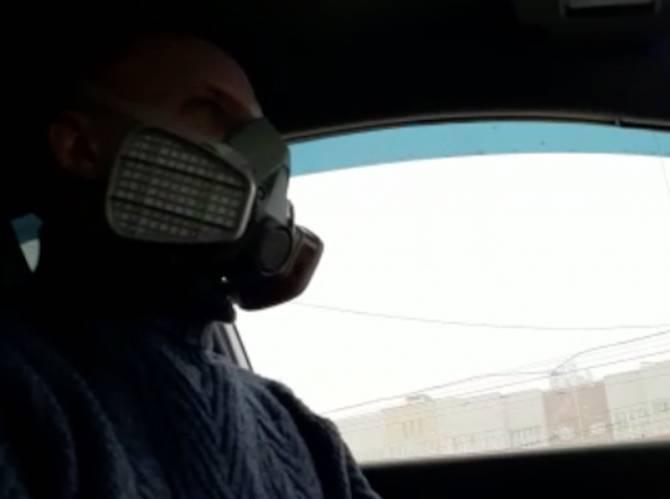 Брянские таксисты начали работать в специальных респираторах
