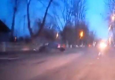 Брянске сняли на видео таран дерева лихим водителем легковушки