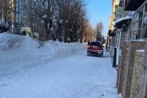 В Брянске возле «БУМ-Сити» автохам на «Honda» устроил заезд по тротуару