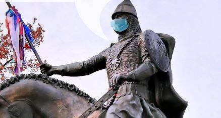 Брянские власти нацепили маску на памятник Святому Пересвету