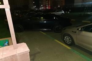 В Брянске автохам перекрыл тротуар возле многоэтажки