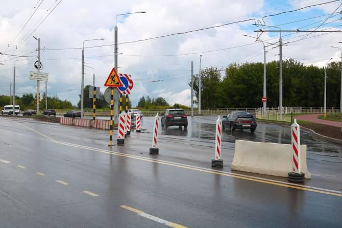 В Брянске возле «Аэропарка» машины поехали по полукольцу