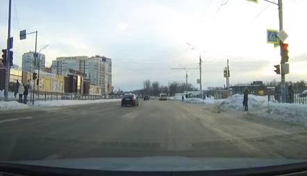 В Брянске на Ульянова сняли на видео опасный маневр водителя иномарки