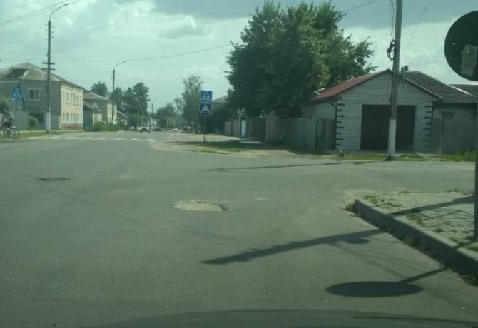 В Климово при ремонте дороги забыли заделать яму