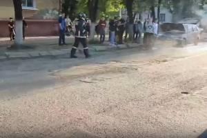 В Брянске возле детской площадки загорелся автомобиль