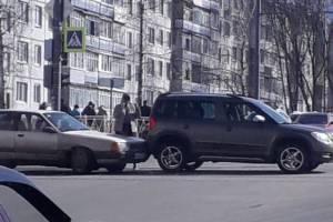 В Брянске водитель старой Ауди протаранил джип молодой автоледи