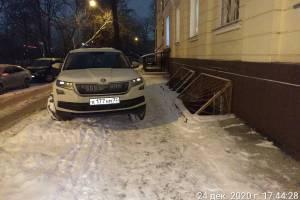 В Брянске водитель «Шкоды» перекрыл тротуар на улице Фокина
