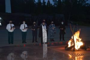 Брянцы зажгли свечи на «Партизанской поляне» в День памяти и скорби