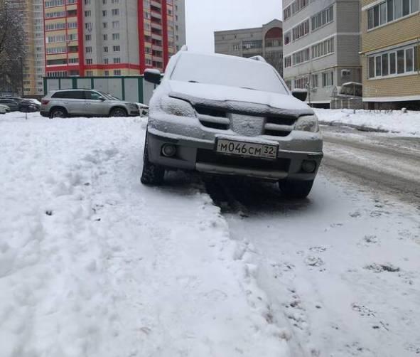 В Брянске сняли на фото автохама на Mitsubishi