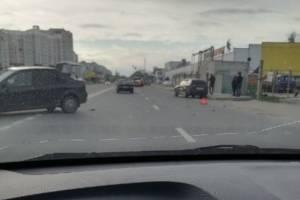 Две легковушки столкнулись рядом с ТЦ «2х2» в Брянске