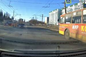 В Брянске троллейбус №12 проехал на красный сигнал светофора