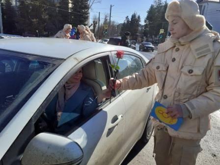 В Брянске автолюбительницам в преддверии 8 марта вручили цветы