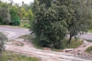 В Володарском районе Брянска жители пожаловались на погребенный под мусором тротуар