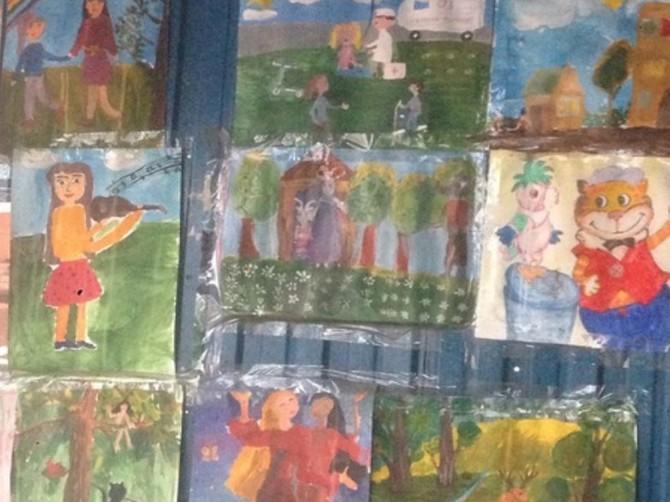 В Брянске на остановке открылась выставка детских рисунков
