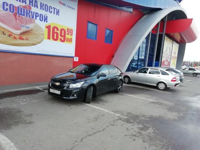 В Брянске наглую парковку у «Линии» сняли на фото