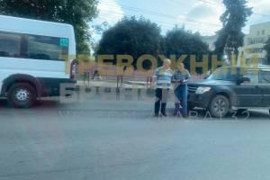 В Брянске на проспекте Ленина столкнулись маршрутка №44 и Mitsubishi
