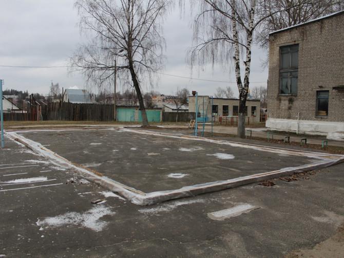 В Дятьковке возле школы установили опасную хоккейную площадку